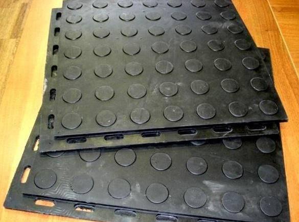 Напольное покрытие из сборных резиновых плит для пола гаража, склада или цеха завода
