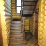 Лестница на втoрой этаж из массива берёзы.