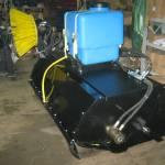 Фото Щетка с бункером и системой орошения для мини погрузчика... Повсеместно ООО АгроДорСнаб